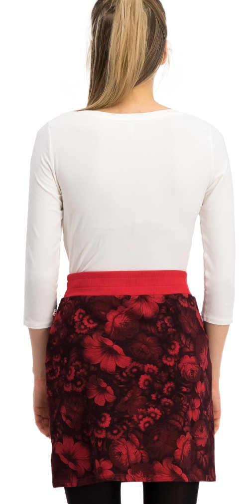 Krátka kvetinová sukne k legínam s vyšším červeným lemom v páse