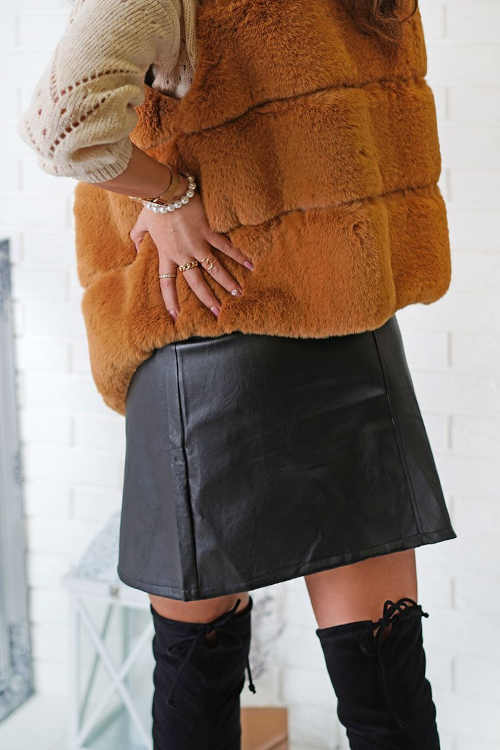Koženková čierna sukňa vpredu na zips