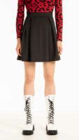 Moderná mini sukne so sklady v čiernom prevedení