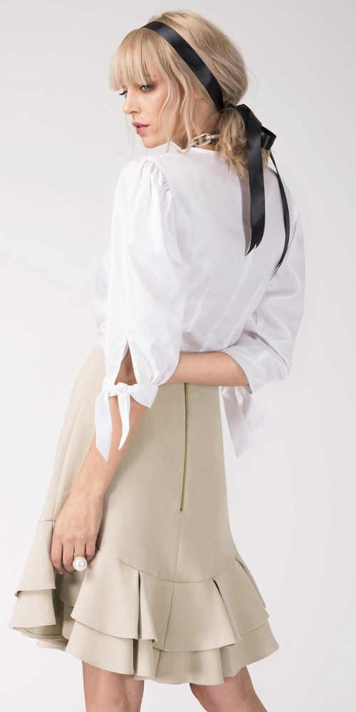 Béžová volánová sukňa k bielej blúzke