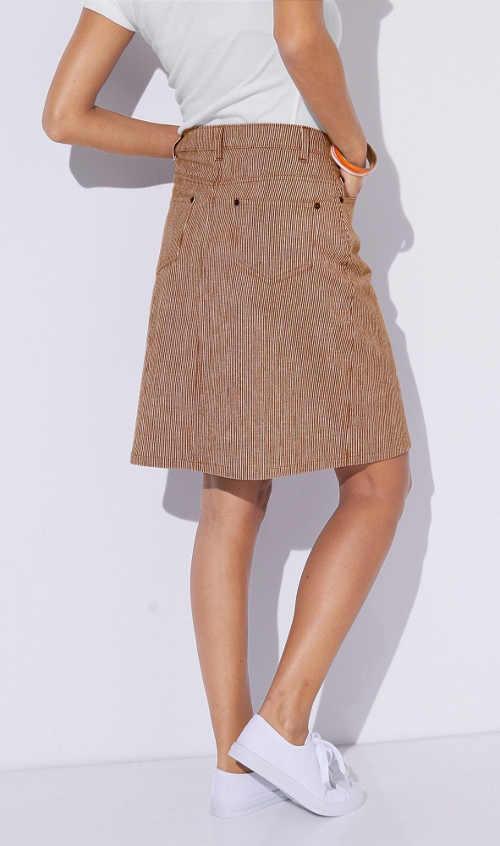 Dámska sukňa v dĺžke ku kolenám s decentým prúžkom