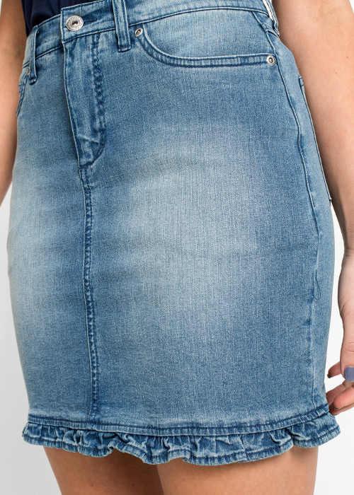 Krátka rifľová sukňa s nariaseným spodným lemom