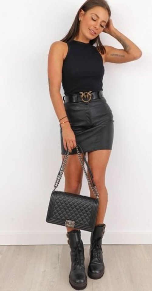 Čierna minisukňa s opaskom evokujúcim kožený vzhľad