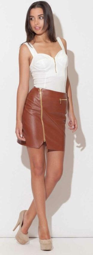 Hnedá kožená dámska sukňa s asymetrickým zlatým zipsom