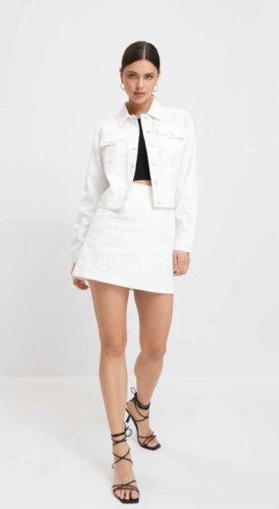 Biela bavlnená krátka sukňa v nadčasovom strihu