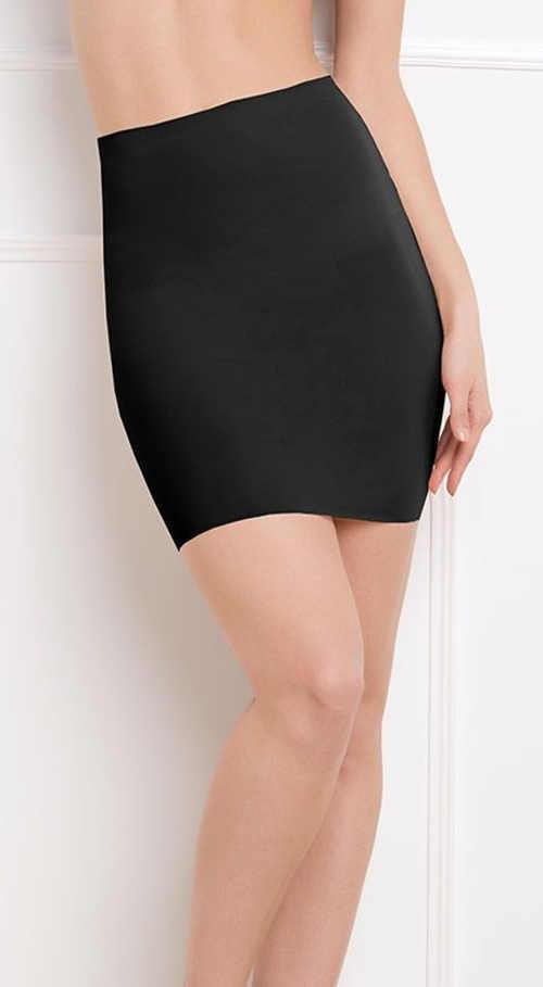 Čierna šnúrková spodnička pod večerné šaty