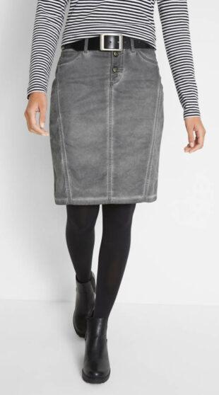 Použitý vzhľad šedej džínsovej sukne po kolená