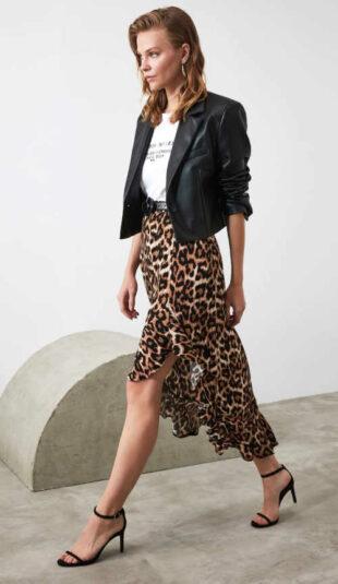 Asymetrická sukňa s volánom v modernom zvieracom vzore