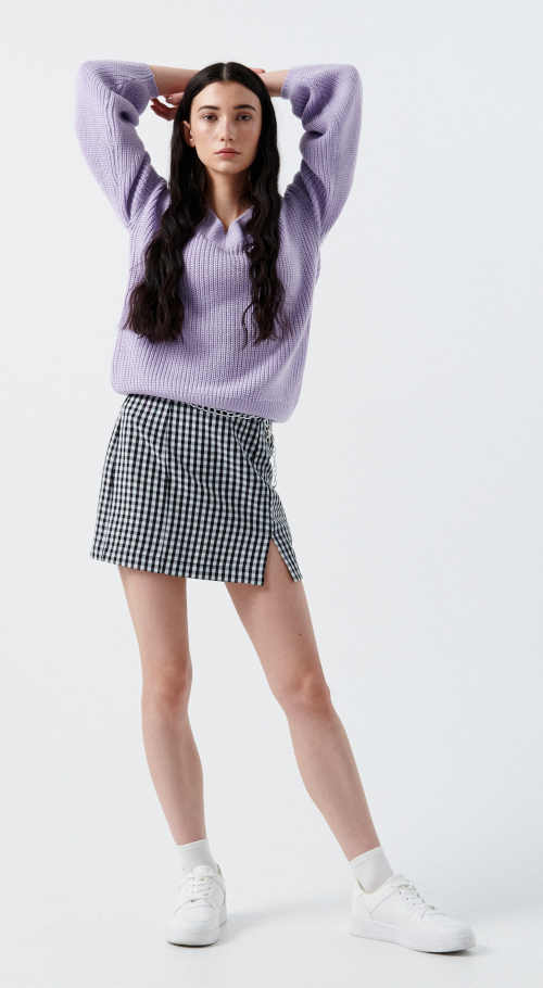 Módna čierno-biela kockovaná sukňa v krátkej dĺžke